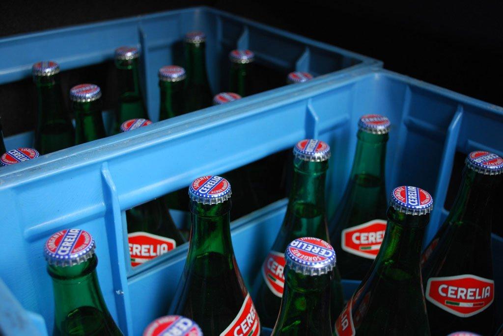 bottiglie di vetro di acqua cerelia