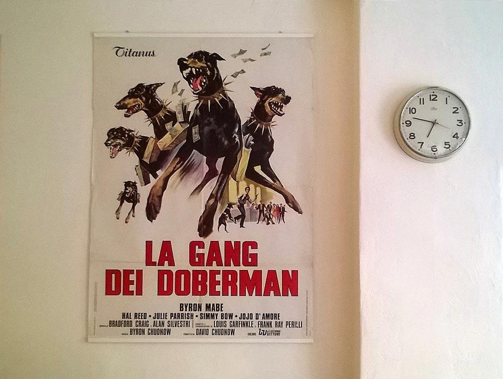 "Poster del film ""la gang dei doberman"""